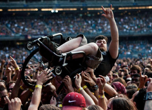 funny-teamwork-wheelchair-crowdsurf